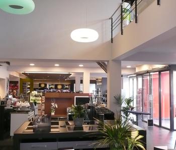 Extension d'un rez commercial avec parking - Création de 6 appartements aux étages.